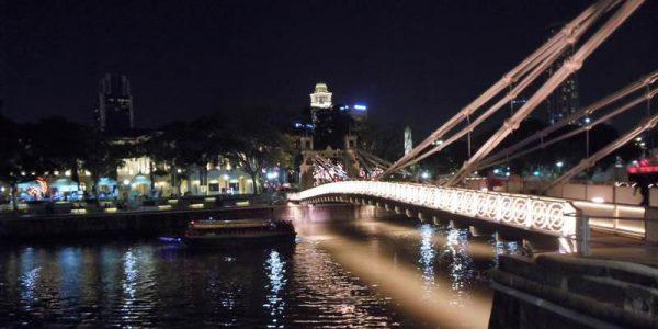 ライトアップされた夜のカベナ橋