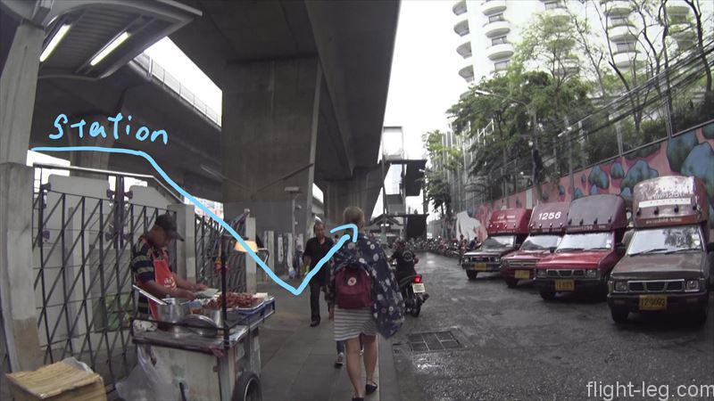 サパーンタクシン駅川側出口を降りて真っすぐ進む