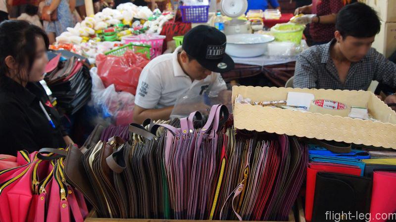 タイ バンコク 伊勢丹前のナイトマーケットの革製品(レザー)